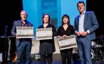 Winnaars DvhN Streektaalprijs 2018 met vlnr Anne Doornbos, Irene Wilkens en Marlene Bakker en juryvoorzitter Eric van Oosterhout. Foto: Geert Job Sevink/DvhN