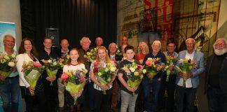 De winnaars van de Pervinzioale Schriefwedstried, juryleden en organisatie. Foto: Pjotr Wiese