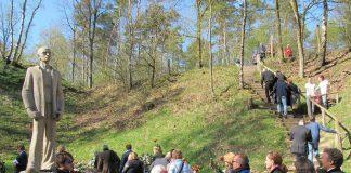 De Stenen man bij Kamp Amersfoort, stille tocht 4 mei. Foto: Frits Sieger